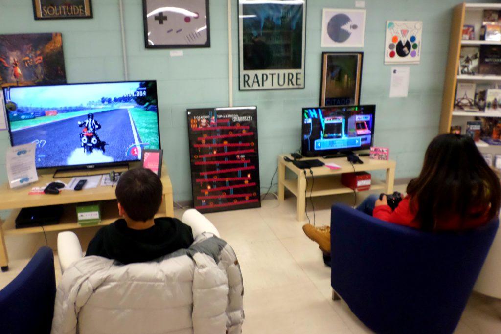 Video-giochi entrano a pieno titolo nelle biblioteche con prestiti e postazioni di utilizzo. Immagine della biblioteca Valvassori Peroni di Milano